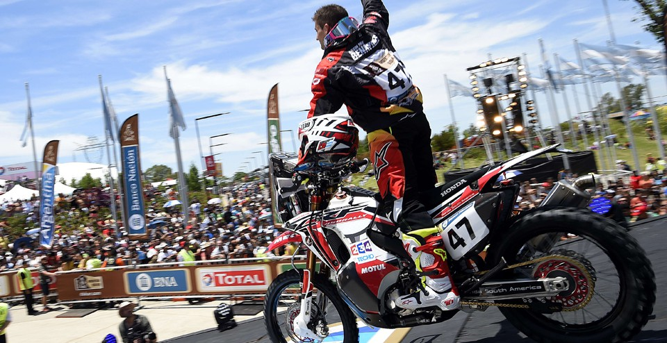 Biker Kevin Benavides of Argentina greets the fans before a prologue of the Dakar 2016 between Buenos Aires and Rosario, in Rosario, Argentina, on January 2, 2016. AFP PHOTO / FRANCK FIFE