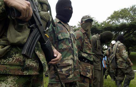 BOG12. CALI (COLOMBIA), 23/06/08.- Siete integrantes del trigésimo frente de la guerrilla de las Fuerzas Armadas Revolucionarias de Colombia (FARC), entre los que se encontraban dos menores de edad, se entregaron hoy, 23 de junio de 2008, a las tropas del Ejercito colombiano, en las instalaciones de la Tercera División en Cali (Colombia). Los guerrilleros afirmaron que se encontraban cercados por los operativos que realizan las Fuerzas Militares en el sector del Naya al sur-occidente del país. EFE/Carlos Ortega