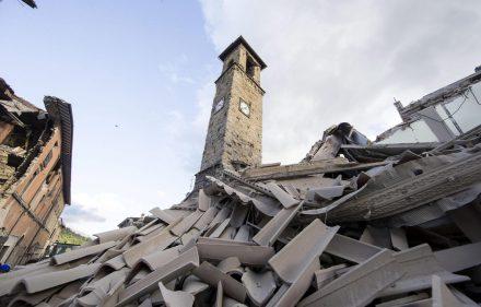 ITA11 AMATRICE (ITALIA) 24/08/2016.- Vista general de varias casas destruidas en Amatrice, en el centro de Italia, hoy, 24 de agosto de 2016. Al menos 19 personas han fallecido y hay decenas de heridos tras el terremoto de 6 grados en la escala Richter que ha sacudido el centro de Italia esta madrugada, según informó la televisión pública RAI. EFE/Massimo Percossi