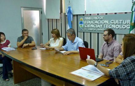 thumbnail_13-ministro-farias-reunido-con-referentes-de-comedores-escolares-de-toda-la-provincia