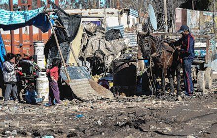 villa caracol cartoneros pobreza indigencia niños chicos caballos