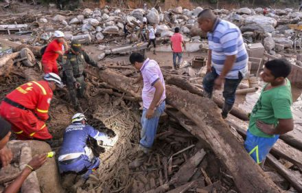 TOPSHOT - Rescuers seek people among the rubble left by mudslides following heavy rains in Mocoa, Putumayo department, southern Colombia on April 1, 2017.  Massive mudslides left more than 200 dead and hundreds of injured and disappeared on Saturday in southern Colombia, after heavy rains that have affected the Andean region, especially Peru and Ecuador. / AFP / LUIS ROBAYO