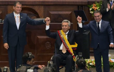 Ecuadorean outgoing President Rafael Correa (L) raises Ecuadorean new President Lenin Moreno's (C) hand at the National Assembly in Quito on May 24, 2017, during Moreno's inauguration ceremony. / AFP PHOTO / Rodrigo BUENDIA