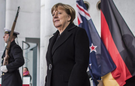 BER006 BERL'N (ALEMANIA) 16/01/2017.- La canciller alemana, Angela Merkel, sale a recibir al primer ministro neozelandÈs, Bill English, en la CancillerÌa, en BerlÌn (Alemania) hoy, 16 de enero de 2017. EFE/Oliver Weiken