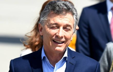 Argentina´s President Mauricio Macri arrives at the airport in Hamburg, northern Germany on July 6, 2017 to attend the G20 meeting.  Leaders of the world's top economies will gather from July 7 to 8, 2017 in Germany for likely the stormiest G20 summit in years, with disagreements ranging from wars to climate change and global trade. / AFP PHOTO / PATRIK STOLLARZ