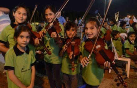 thumbnail_Niñas de Orquesta Escolar
