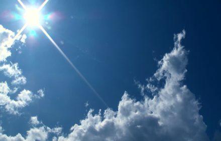 563529691-biei-ciudad-cielo-azul-sol-nube