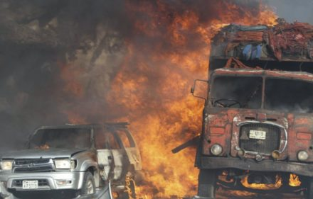 DAI02. Mogadishu (Somalia), 14/10/2017.- Vehicles burn at the scene of a massive explosion in front of Safari Hotel in the capital Mogadishu, Somalia, 14 October 2017. Reports state at least 20 peole have been killed when a truck bomb went off on a busy street in central Mogadishu. There was no immediate claim of responsibility but the country's Islamist militant group al-Shabab often carries out similar attacks in the capital. (Atentado, Mogadiscio) EFE/EPA/SAID YUSUF WARSAME