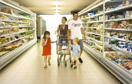 familia-en-el-supermercado-del-camping.jpg_1169182509