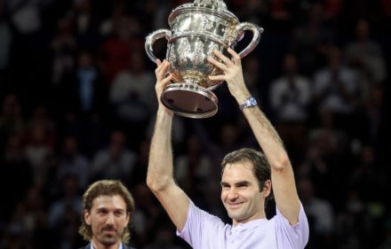 Switzerland's Roger Federer celebrates as he raises the trophy after his victory against Argentina's Juan Martin Del Potro in their final game at the Swiss Indoors ATP 500 tennis tournament on October 29, 2017 in Basel. / AFP PHOTO / Fabrice COFFRINI
