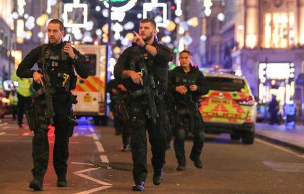 """Télam 24/11/2017 Londres:  Las estaciones del metro de Londres de Oxford Circus (foto) y Bond Street, en el corazón comercial de la capital británica, han sido evacuadas y cerradas por la policía durante casi dos horas debido a un supuesto """"incidente"""" con disparos. Foto: AFP / Daniel LEAL-OLIVAS"""