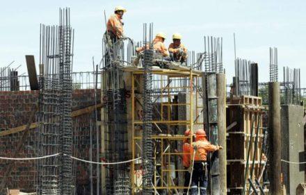 CONSTRUCCION , TRABAJADORES EN PLENA LABOR