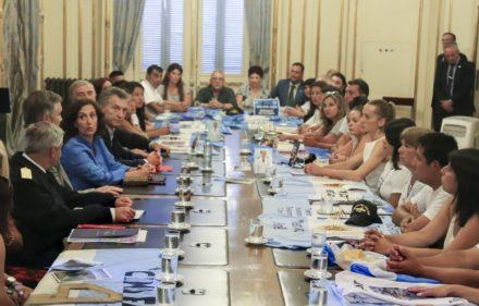 zzzznacp2 NOTICIAS ARGENTINAS BAIRES, FEBRERO 6: El presidente Mauricio Macri, recibe este mediodia en el salon norte de Casa de Gobierno, a familiares del submarino ARA San Juan. FOTO: JUAN VARGAS-jlpzzzz