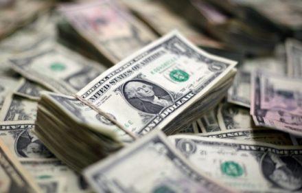 En la imagen de archivo billetes de diferente denominación de dólares americanos, el 12 de febrero de 2018. REUTERS/Jose Luis Gonzalez