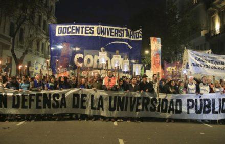 """zzzznacp2NOTICIAS ARGENTINAS BAIRES, AGOSTO 20: (ARCHIVO)  La Confederación Nacional de Docentes Universitarios (CONADU) ratificó hoy el paro en todo el país de martes a viernes al argumentar que el aumento ofrecido por el Gobierno del 15 por ciento se encuentra """"muy por detrás de la inflación"""". FOTO NA: DAMIAN DOPACIOzzzz"""