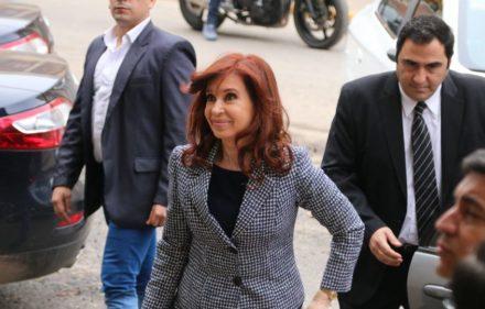 zzzznacp2NOTICIAS ARGENTINAS BAIRES SETIEMBRE 18: La ex presidenta Cridstina Fernandez de Kirchner ingresa esta mañana a los tribunales Federales de Comodoro Py. Foto NA: JUAN VARGAS zzzz