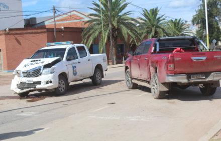 993_movil policial coliciona con otra camioneta, pasa semaforo en rojo (2)