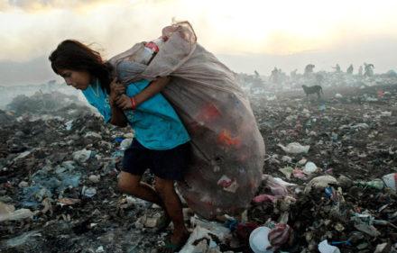 """MAN04-MANAGUA (NICARAGUA) 27/12/06.- Una mujer recoge basura en el basurero municipal """"La Chureca"""" en Managua hoy, miércoles 27 de diciembre. Nicaragua está frente al desafío de romper el círculo vicioso de pobreza-bajos niveles de educación, a fin de aprovechar el Tratado de Libre Comercio (TLC) con Estados Unidos. En la actualidad, dos millones de personas (que representan casi el 70 por ciento de la población nacional) viven en pobreza y de ellos más de 783 mil sobreviven en la extrema miseria y según analistas, el TLC será positivo para el país, aunque s su impacto económico ira lento y tendrá muy poca incidencia en la reducción de la pobreza. EFE/Antonio Aragon"""