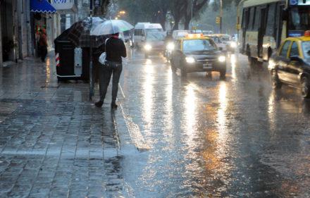 Télam, Buenos Aires 17/08/2012: Debido a las intensas lluvias y tormentas que se registran en la Capital Federal  y algunos barrios del área metropolitana, la Agencia Nacional de Seguridad Vial (ANSV) y Vialidad Nacional recomendaron hoy a los conductores circular con precaución. Foto: Leonardo Zavattaro/Télam/lz
