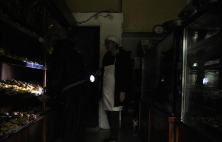 Corte de luz en una panaderia de la ciudad de Buenos Aires. Un gigantesco apagon afecto todo el pa's durante el dia domingo. 16.06.2019 Foto Maxi Failla
