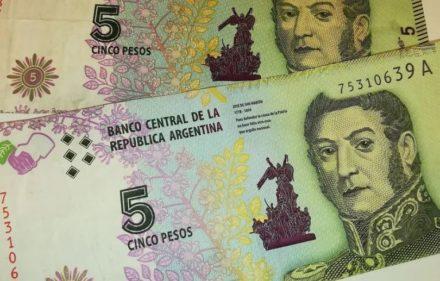 billetes-de-cinco-pesos-argentinos-45643267347