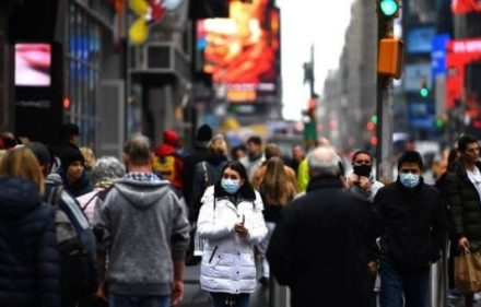 x87491405_tourists-with-protective-face-masks-walk-through-times-square-on-march-13-2020-in-new-y_jpg_pagespeed_ic_2adquqq-_w.jpg_1718483347