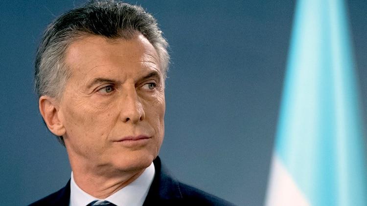 Macri-serio-bandera-argentina