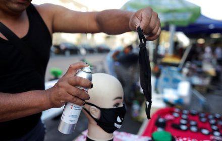 Un vendedor ambulante usa spray para probar la efectividad de la máscara, durante una cuarentena preventiva tras el brote de la enfermedad de coronavirus (COVID-19), en Santiago, Chile, 8 de abril del 2020. REUTERS/Pablo Sanhueza