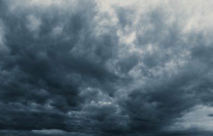 lluvia-tormenta-cielo-nublado-espantoso-oscuridad-tono-color-oscuro-temporada-lluvia-negro_43300-781